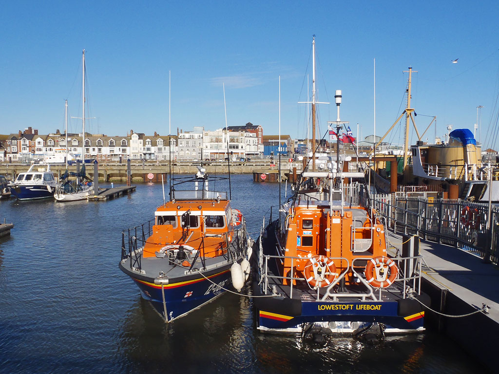 12-005 alongside Lowestoft's Shannon class lifeboat on a brief stopover for fuel and tea, 23/11/17